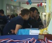 Los participantes tuvieron cinco horas para resolver 10 problemas. El ganador se llevó esta copa y otros regalos. Foto: José Raúl Concepción/ Cubadebate.