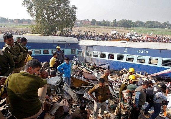 Los auxiliares buscaron con urgencia a los sobrevivientes entre los fierros retorcidos. Foto: Reuters.