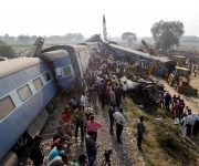 El accidente tuvo lugar durante la madrugada cerca de la localidad de Pukhrayan, en el distrito de Kanpur, mientras que la mayoría de los pasajeros dormían, lo que les impidió reaccionar a tiempo. Foto: Reuters.