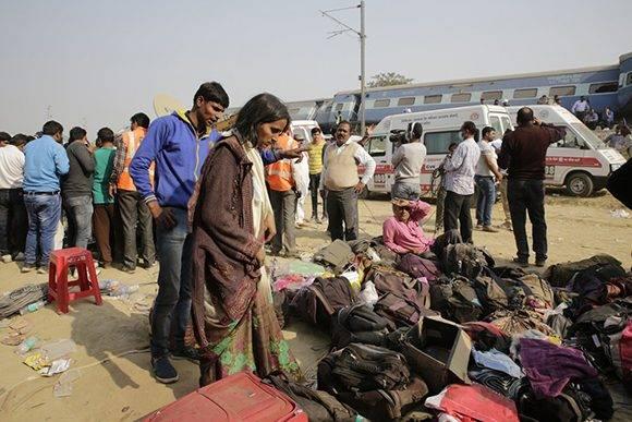 Pasajeros buscan sus pertenencias luego de recomponerse tras el duro impacto. Foto: AP.