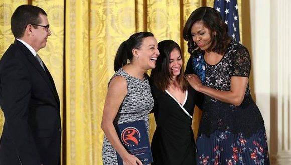Ballet Lizt Alfonso recibe premio en la Casa Blanca de manos de Michelle Obama. Foto tomada de McClatchy.