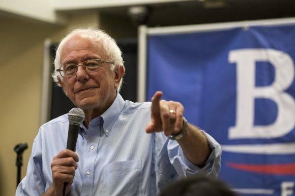 Bernie Sanders en la Feria del Libro de Miami. Foto tomada de The New York Times.