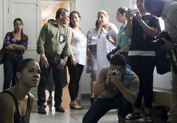 Se sentó en el suelo, al borde del tabloncillo y allí permaneció durante varios minutos. Foto: Ladyrene Pérez/ Cubadebate.