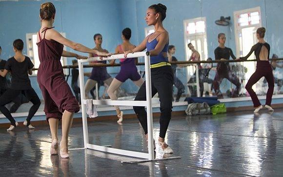 Misty visitó la sede del Ballet Nacional de Cuba para asistir a una de las clases de entrenamiento que realizan las bailarinas antes de comenzar los ensayos del día. Foto: Ladyrene Pérez/ Cubadebate.