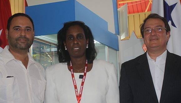 (de izq. a der.) Francisco Carlos Escobar, embajador de Panamá en Cuba, Ileana Núñez y Néstor González. Foto: José Raúl Concepción/ Cubadebate.