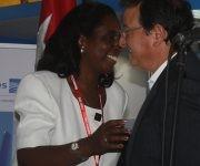 La viceministra cubanade Comercio, Ileana Núñez y su homólogo panameño, Néstor González, se saludan durante FIHAV-2016. Foto: José Raúl Concepción/ Cubadebate.
