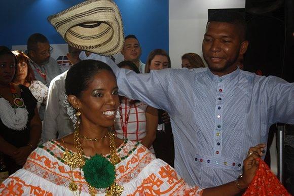 Una pareja realiza una exhibición de los bailes tradicionales de Panamá en la inauguración del pabellón de ese país en la Feria de La Habana. Foto: José Raúl Concepción/ Cubadebate.