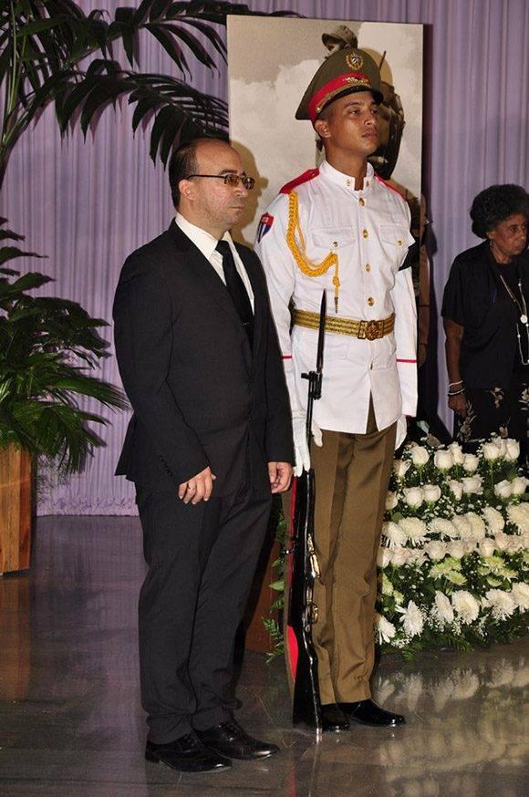 El periodista Randy Alonso en la guardia de honor. Foto: Roberto Garaicoa Martínez/ Cubadebate.