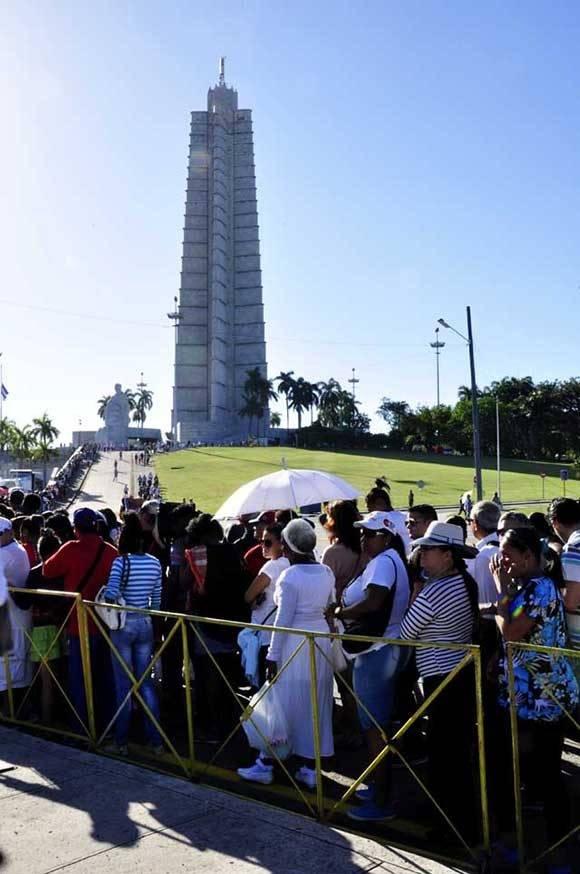 El pueblo continua creciendo a rendir homenaje a Fidel. Foto. Roberto Garaicoa Martínez. Cubadebate