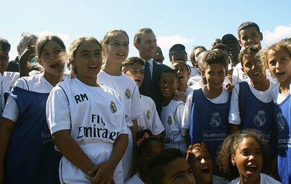 La leyenda del Real Madrid, Emilio Butragueño, con varios niños cubanos que participaron en el campus de entrenamiento. Foto: José Raúl Concepción/ Cubadebate.