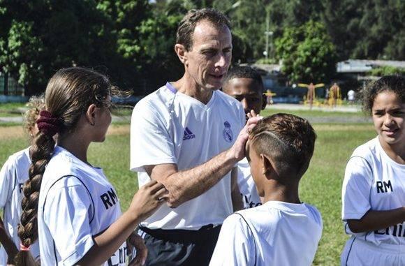 Antes de sus declaraciones Butragueño se vistió de corto y salió a entrenar con los niños. Foto: Annaly Sánchez/ CubaSí.