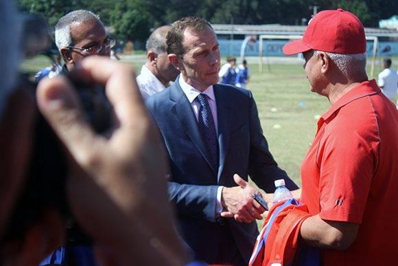 Butragueño saluda a periodistas cubanos. Foto: José Raúl Concepción/ Cubadebate.