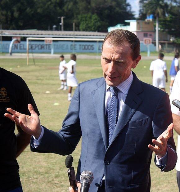 Emilio Butragueño, uno de los jugadores más importantes de la historia del Real Madrid, ofrece declaraciones a la prensa durante su visita a Cuba. Foto: José Raúl Concepción/ Cubadebate.