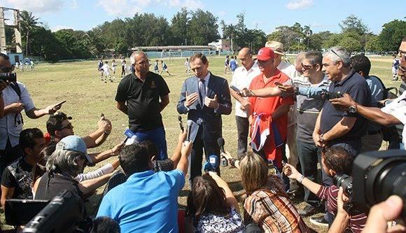 El director de Relaciones Institucionales del Real Madrid, Emilio Butragueño, atiende a la prensa en el estadio Eduardo Saborí en La Habana. Foto: José Raúl Concepción/ Cubadebate.