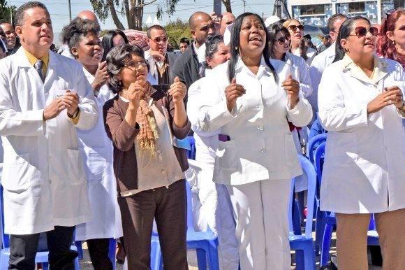 En la ceremonia estuvieron presentes la ministra de Salud, Ariana Campero, el representante de la Organización Panamericana de la Salud, Fernando Leanes, el embajador de la Isla, médicos cubanos y bolivianos y personal diplomático. Foto: @evoespueblo.