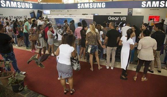 Cientos de personas visitan el pabellón de la Samsung en la presente edición de la Feria de La Habana. Foto: Ismael Francisco.