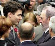 Saluda a Justin Trudeau, hijo del ex Primer Ministro de Canadá Pierre Elliot Trudeau, durante el tributo a sus restos mortales, el 2 de octubre de 2000. Fuente: Estudios Revolución/ Sitio Fidel Soldado de las Ideas.
