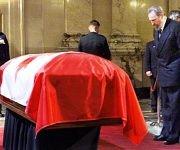 Asiste a los funerales de Pierre Elliot Trudeau, exprimer ministro de Canadá en la Basílica Notre-Dame de Montreal, Plaza de Armas, el 2 de octubre de 2000. Fuente: Estudios Revolución/ Sitio Fidel Soldado de las Ideas.