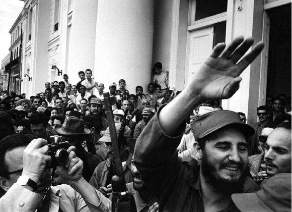 Fidel a la entrada del Ayuntamiento de Cienfuegos.