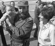 Fidel carga al pequeño Michel Trudeau. A su lado Margaret Trudeau, Aeropuerto La Habana 1976. Foto: Estudios Revolución / Sitio Fidel Soldado de las Ideas