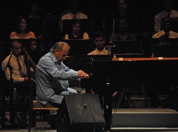 El maestro Frank Fernández en concierto junto a la Sinfónica de Holguín. Foto: Ahora.