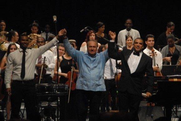 El maestro Frank Fernández al concluir su concierto con artistas de la provincia de Holguín. Foto: Ahora.