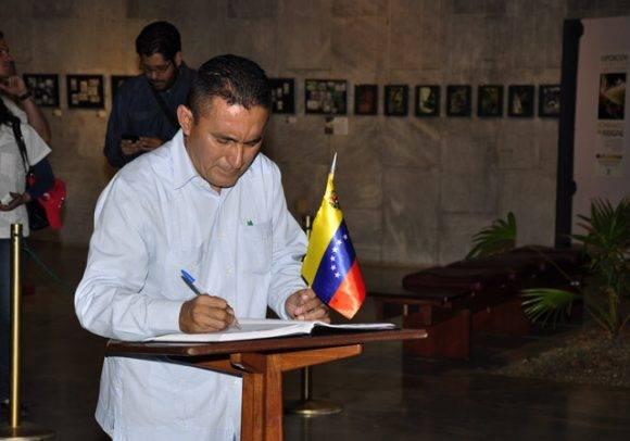 Pueblo venezolano firma el libro de condolencias en la Plaza de la Revolución, este 28 de noviembre de 2016. Foto: Roberto Garaycoa Martínez/ Cubadebate