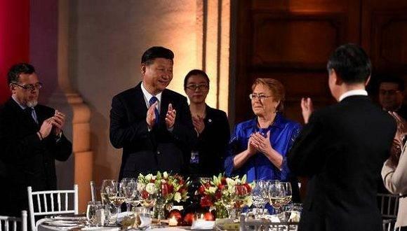 El presidente de China, Xi Jinping, junto a su par de Chile, Michelle Bachelet, en Santiago de Chile, al concluir una gira por la región. Foto: DPA.