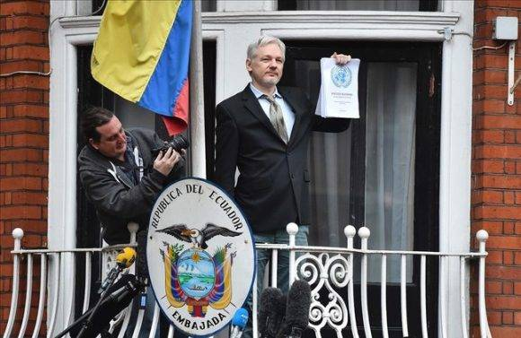 Assange en la embajada de Ecuador en Londres. Foto: AFP.