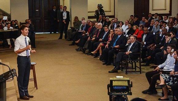 Justin Trudeau (podio), Primer Ministro de Canadá, ofreció una Conferencia Magistral, a la que asistió el General de Ejército Raúl Castro Ruz, Presidente de los Consejos de Estado y de Ministros de Cuba, y Miguel Díaz-Canel Bermúdez, Primer vicepresidente de los Consejos de Estado y de Ministros, en el Aula Magna de la Universidad de La Habana, el 16 de noviembre de 2016. ACN FOTO/Marcelino VAZQUEZ HERNANDEZ.