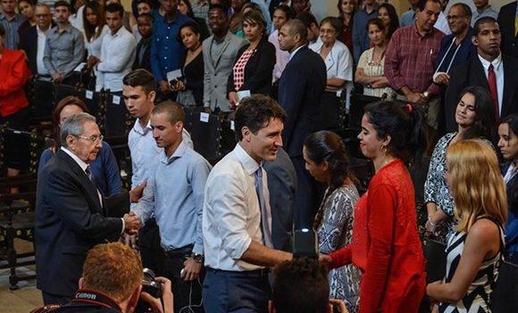 El General de Ejército Raúl Castro Ruz (I), Presidente de los Consejos de Estado y de Ministros de Cuba, y Justin Trudeau (C), Primer Ministro de Canadá, saludan a los estudiantes universitarios, después de concluir la conferencia magistral del mandatario canadiense, en el Aula Magna de la Universidad de La Habana, el 16 de noviembre de 2016. ACN FOTO/Marcelino VÁZQUEZ HERNÁNDEZ.
