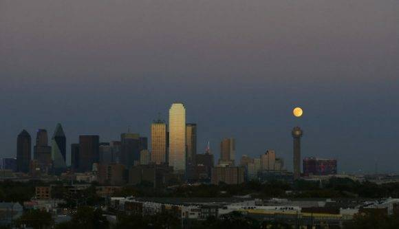 La Súper Luna desde el Reunion Tower en Dallas
