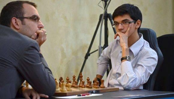 Leinier Domínguez ante Anish Giri en una partida anterior. Foto tomada de Mi Columna Deportiva.