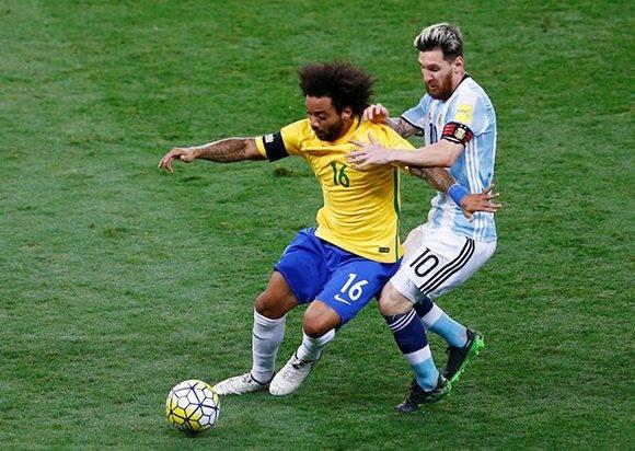 La defensa brasileña mantuvo a Messi inofensivo durante todo el encuentro. En la imagen Marcelo le gana un balón al capitán argentino. Foto: Ricardo moraes/ Reuters.