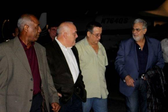 Plácido domingo a su llegada a La Habana fue recibido por Abel Acosta, Viceministro de Cultura, y Orlando Vistel, Presidente del Instituto Cubano de la Música. Foto: MINCULT