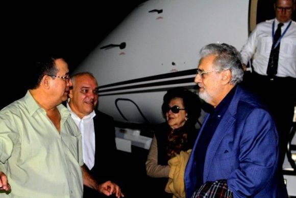Plácido Domingo fue recibido por el Viceministro de Cultura Abel Acosta. Foto: MINCULT