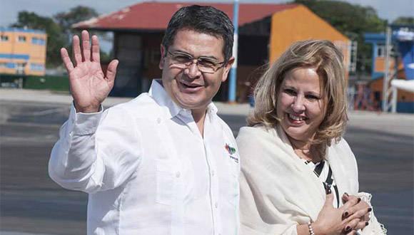 El mandatario centroamericano fue recibido por la vicecanciller cubana Ana Teresita Fraga. Foto: PL.