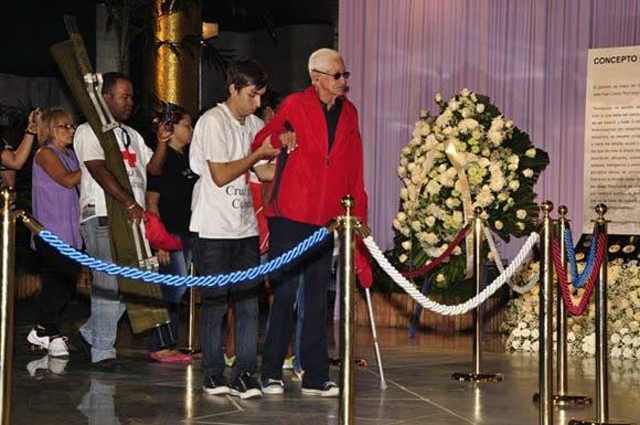 Todas las generaciones rinden tributo.  Foto: Roberto Garaicoa Martínez/ Cubadebate.