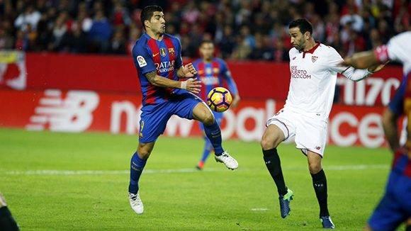 Luis Suárez disputa un balón con Rami. Foto tomada de Twitter.