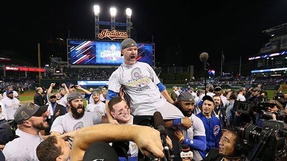 Jugadores de Chicago celebran su histórico triunfo. En la imagen, el catcher David Ross es alzado por la primera base, Anthony Rizzo, y el jardinero derecho, Jason Heyward Jason Heyward. Foto: Brian Cassella/ Chicago Tribune.