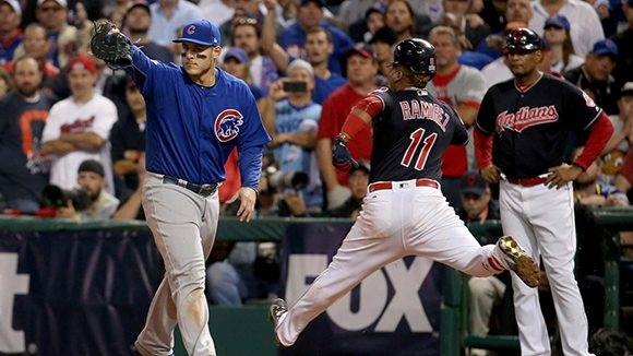 Rizzo recibe para sacar out en la décima entrada. Foto: Brian Cassella/ Chicago Tribune.