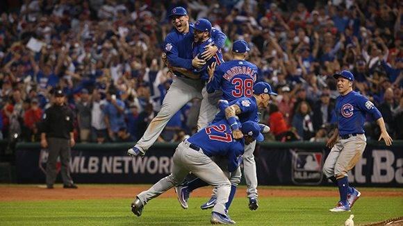 Los cachorros celebran con euforia, tras ganar en extra innings. Foto: Brian Cassella/ Chicago Tribune.