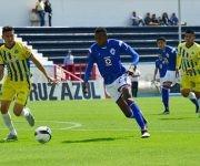 Maikel Reyes disputa un balón. Foto tomada de la página oficial de Cruz Azul.