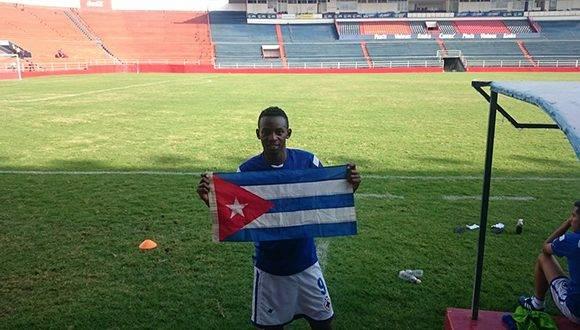 Maikel Reyes exhibe la bandera cubana en el estadio Sergio León Chávez. Foto: cortesía del entrevistado.