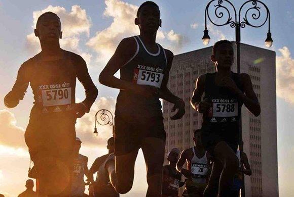Muchos jóvenes se levantaron temprano para correr en el Marabana. Foto: Omara García/ ACN.