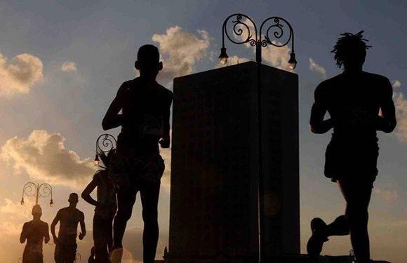A los ganadores de la prueba de maratón, en la rama masculina y femenina, se les garantizará participar en el maratón de París, Francia, en abril de 2017, con todos los gastos pagos de inscripción, estancia y boletos aéreos. Foto: Omara García/ ACN.