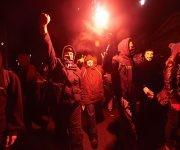 Manifestantes anticapitalistas sostienen bengalas durante la Marcha del Millón de Máscaras bajo el símbolo de Anonymous en Londres. Foto: AFP.
