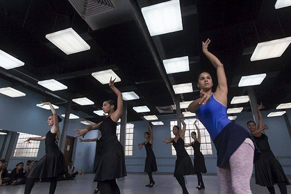 """Se emociona con el aplauso del Ballet Infantil y trata de sacar caderas para bailar un fragmento de """"Alas"""". Foto: Ladyrene Pérez/ Cubadebate."""
