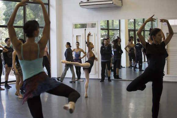 La primera figura del American Ballet Theatre, Misty Copeland, realiza un ejercicio con bailarines del Ballet Nacional de Cuba, en La Habana, este 16 de noviembre de 2016. Foto: Desmond Boylan/ AP