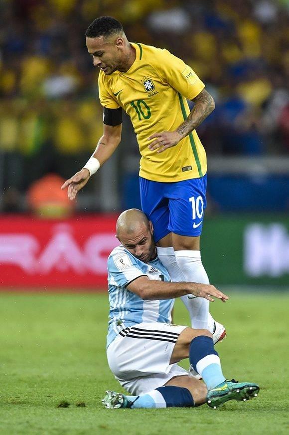 Mascherano, otro del Barça, intenta parar a Neymar. Foto: Pedro Vilela/ Getty Images.